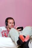 musique de écoute d'homme de vêtement occasionnel reposée à Photographie stock libre de droits