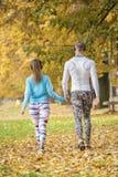 Musique de écoute de beaux jeunes couples et marche ensemble en parc Images libres de droits