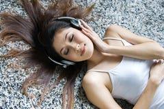 Musique de écoute de belle fille Images stock