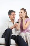 Musique de écoute de couples au téléphone portable Photographie stock libre de droits