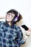 Musique de écoute de femme de jeune adolescent avec des écouteurs Photos stock