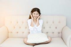 Musique de écoute de femme Relaxed Photographie stock libre de droits