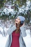 Musique de écoute de fille de hippie en hiver Photo libre de droits