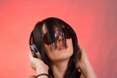Musique de écoute de fille du DJ dans des écouteurs Images libres de droits