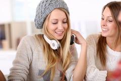musique de écoute de filles à Photo stock