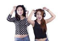 Musique de écoute de filles gaies Images libres de droits