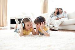 Musique de écoute de frère et de soeur avec des écouteurs Photos stock