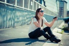 Musique de écoute de jeune beau femme Image libre de droits