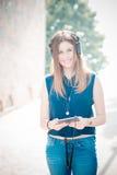 Musique de écoute de jeune belle femme de hippie Photographie stock