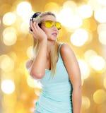 Musique de écoute de jeune femme images stock