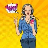 Musique de écoute de jeune femme avec Smartphone Fille dans des écouteurs Art de bruit illustration libre de droits