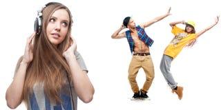 Musique de écoute de jeune femme et deux danseurs sur le fond Photos libres de droits