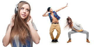 Musique de écoute de jeune femme et deux danseurs sur le fond Photos stock