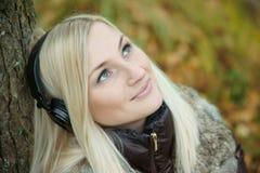 Musique de écoute de jeune fille Images stock
