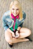 Musique de écoute de jeune fille blonde photo libre de droits