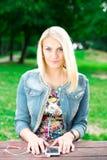 Musique de écoute de jeune fille blonde photo stock