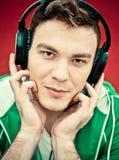 Musique de écoute de jeune homme Image libre de droits