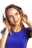 Musique de écoute de jeunes femmes Photographie stock libre de droits