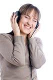 Musique de écoute de jolie femme images stock