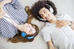 Musique de écoute des jeunes Photographie stock libre de droits
