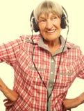 Musique de écoute drôle de vieille dame Photographie stock libre de droits
