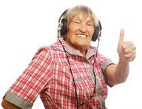 Musique de écoute drôle de vieille dame Image stock
