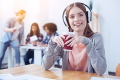 Musique de écoute femelle avec plaisir positive images libres de droits
