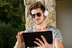 Musique de écoute de jeune homme image stock