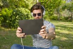 Musique de écoute de jeune homme photo libre de droits