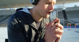 Musique de écoute sportive handicapée sur les écouteurs 4k banque de vidéos