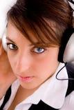 musique de écoute d'écouteurs femelles d'entrepreneur à Photo stock