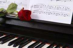 Musique de feuille avec Rose sur le piano Images libres de droits