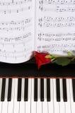 Musique de feuille avec Rose sur le piano Image libre de droits