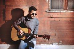 Musique de guitare d'homme jouant le concept Photographie stock libre de droits
