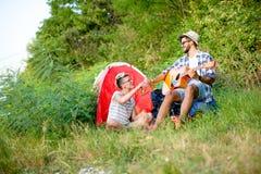 Musique de guitare dans le camp, bonnes périodes Photographie stock libre de droits