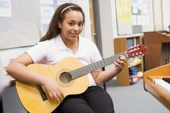 musique de guitare de classe jouant l'écolière Image libre de droits