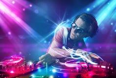 Musique de mélange énergique du DJ avec des effets de la lumière puissants photo stock