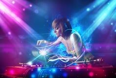 Musique de mélange de fille avec des effets de la lumière puissants photographie stock
