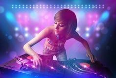 Musique de mélange de jockey de disque sur des plaques tournantes sur l'étape avec des lumières et illustration stock