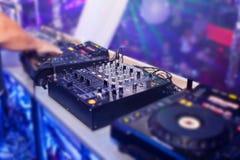 Musique de mélange du DJ sur la console à la boîte de nuit Photo libre de droits