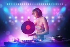 musique de mélange de jockey de disque sur des plaques tournantes sur l'étape avec des lumières et des stroboscopes illustration de vecteur