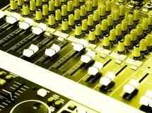 musique de mélangeurs de palonniers du DJ de console Images stock