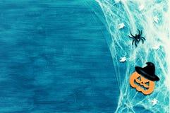Musique de nuit Toile d'araignée, araignées et décorations de sourire de cric comme symboles de Halloween sur le fond vert image stock
