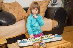Musique de pièce de petite fille sur le clavier Photographie stock libre de droits