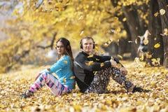 Musique de repos et de écoute de beaux jeunes couples après la formation réussie en parc Coeur de forme de main Photo stock