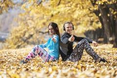 Musique de repos et de écoute de beaux jeunes couples après la formation réussie en parc Coeur de forme de main Images libres de droits