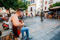 Musique en direct à une rue piétonnière au centre quart juif historique de Cordoue, Andalousie, Espagne - monde de l'UNESCO photographie stock libre de droits