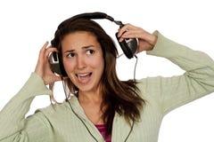 Musique forte de écoute de femme Photographie stock libre de droits