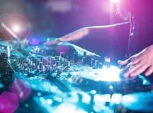 Musique jouante et de mélange du DJ Photo stock