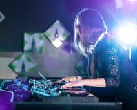 Musique jouante et de mélange du DJ Photographie stock libre de droits